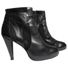 Beautiful Black Ankle Boots from Filipa K in size 40. (True to size). Made in 100% Leather & Suede details. <br /> These shoes closes with a zipper. <br /> The small heel got fixed, so they still look great to wear. <br /> <br /> <br />