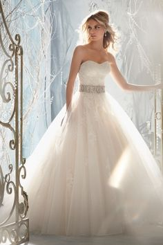 Wit, eenvoudig, organza, strappless // trouwjurk #weddingdress #wedding #bruiloft