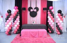 Columnas de globos de látex rosados y de punticos para una fiesta Minnie Mouse. #FiestaMinnieMouse