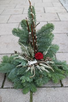 Gravdekoration, Stående i hållare Grave Decorations, Funeral, Christmas Wreaths, Projects To Try, Seasons, Holiday Decor, Garden, Home Decor, Christmas Decor