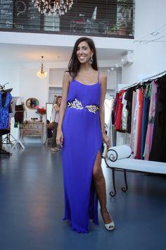 Rocío de OH MY BLOG! con vestido largo azul de Hoss Intropia y cinturón de  hojas doradas - sexy blue dress - Dresseos 374801d80f26