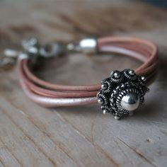 Leren armband Zeeuwse knoop rozetinten.