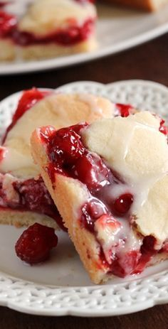 Simple and sweet cherry pie bars recipe - Food and drink - Pies Cherry Desserts, Cherry Recipes, Köstliche Desserts, Dessert Recipes, Cherry Pie Filling Desserts, Cherry Pie Bars, Sweet Cherry Pie, Baking Recipes, Cookie Recipes