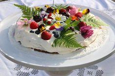 Prinsessojen kotitalous: Kesän kukkaiskakku marjoista ja syötävistä kukkasista
