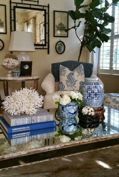 20 Pretty Blue and White Tabletop Designs You Need. / 20 Pretty Blue and White Tabletop Designs You Need. Absolutely stunning blue and white tableop designs you can easily implement. Get inspired with easy to copy blue and white table top design. Blue And White Living Room, White Rooms, Asian Home Decor, Cheap Home Decor, Asian Inspired Decor, Coffee Table Design, Coffee Tables, Coffee Table Styling, How To Style Coffee Table