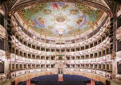 Teatro Comunale di Carpi foto di Candida-Höfer,
