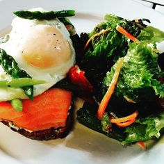 La tartine de salmón con su crema de cebollín, asparagus y su huevo frito !