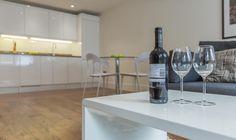 COFFEE TABLE. #appleapartments #servicedapartments #limehouse #ldn #luxurylondon #luxlondon #art #property #luxbedroom #modern #neutral #design #architect #beautiful #interior #love #coffee #table #wine #glass