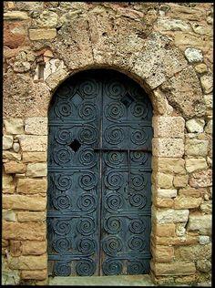 Detalle de la puerta de entrada al Monasterio romànico de Sta Cecilia, el primer monasterio documentado en la montaña de Montserrat.