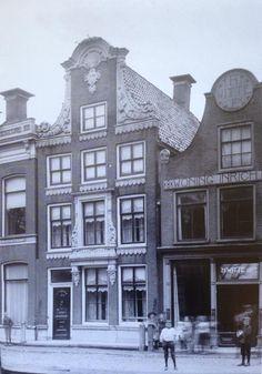 Harlingen, Voorstraat 68 en rechts Voorstraat 70 rond 1900.