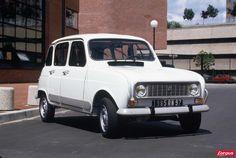 En 1985, la Renault 4 Clan hérite de freins avant à disques et d'une présentation flatteuse. D'abord série spéciale, l'appellation Clan passe en série. Les protections latérales appréciées en ville.