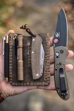 Want the perfect EDC Knife? A good EDC knife should be one that won't make your pockets bulky or unwieldy… but it should also be sharp, have a highly sturdy blade, and be incredibly durable. Here are the Top 15 Best EDC Folding Knife. Edc Tools, Survival Tools, Survival Life, Camping Survival, Edc Carry, Carry On, Edc Wallet, Urban Edc, Edc Gadgets