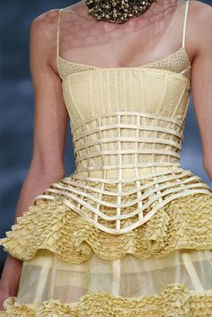 Alexander McQueen Spring 2013 Ready-to-Wear Collection - Vogue Look Fashion, Fashion Details, High Fashion, Fashion Show, Fashion Design, Classy Fashion, Petite Fashion, French Fashion, Couture Fashion