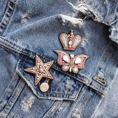 В наличии комплект из 4-х брошей: губы, звезда, бабочка и корона  Комплект универсальный: можно носить все 4 разом, или комбинировать по вкусу ✨ нежный розовый тоже выбран не случайно: на мой взгляд это самый универсальный цвет, который можно сочетать как со светлой, так и с темной одеждой  >>>листайте галерею  #брошь #брошьручнойработы #брошьгубы #брошьбабочка #брошькорона #брошьзвезда #сетброшей #ручнаяработа #вышивкаканителью #канитель #сваровски #вышитаяброшь #handmade #guccibrooch ...