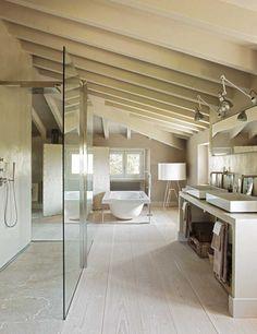 Grande salle de bain simple, rustique, mais élégante à la fois