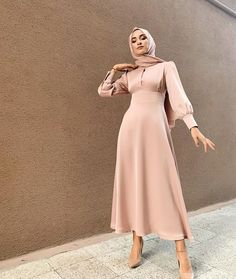 We started the henna openings of the friends who were getting off the table with Hulya Ince! Modest Fashion Hijab, Modern Hijab Fashion, Modesty Fashion, Hijab Fashion Inspiration, Muslim Fashion, Fashion Dresses, Fashion Ideas, Hijab Evening Dress, Hijab Dress Party