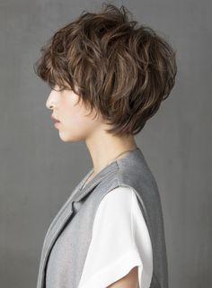 レイヤーベースのショートスタイル!パーマとカラーで更に動きをプラスし、空気感もあるクールな女性らしいショートヘア!