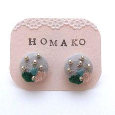 Brodé à la main nouvelle  boucles d'oreilles  boutons par HOMAKO