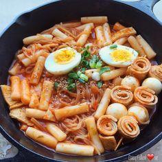 Korean Street Food, Korean Food, Japanese Snacks, Japanese Food, Korean Rice Cake, Asian Recipes, Ethnic Recipes, Food Goals, Rice Cakes
