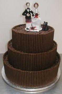 Bolo de casamento de chocolates com noivos de biscuit no topo