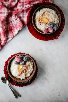 This traditional Norwegian rice porridge is known as risgrøt. It is a slightly sweet, heart-warming dish that usually appears on the eve of Christmas day. A family tradition that we simply adore. Rice Porridge, Porridge Recipes, Pudding Recipes, Vegetarian Barbecue, Barbecue Recipes, Vegetarian Cooking, How To Make Porridge, Norwegian Food, Norwegian Recipes
