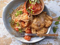 Saftige Schnitzel in goldgelber Hülle – denen kann niemand widerstehen! Hähnchenscheiben in Käsepanade - mit gedünsteten Tomaten - smarter - Kalorien: 750 Kcal - Zeit: 45 Min. | eatsmarter.de