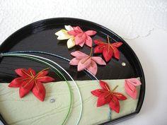 つまみ細工(アレンジつまみ)「小さな秋・楓」 2x Cloth Flowers, Fabric Flowers, Japanese Hairstyle, Hair Ornaments, Ikebana, Feathers, The Creator, Art Ideas, Ribbon
