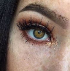 This glitter eyeshadow look is amazing! The best glitter eyeshadow looks to inspire you! Loose glitter and gold glitter are perfect for creating an amazing glitter eyeshadow look. Glitter Makeup Looks, Glitter Eyeshadow, Eyeshadow Looks, Pretty Makeup, Copper Eyeshadow, Copper Eye Makeup, Stila Glitter, Peach Eyeshadow, Glitter Face
