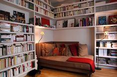Кровать в этой комнате заняла укромную позицию, в самом углу комнаты, между интересными полками с книгами.