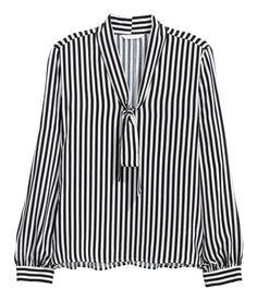 À ne pas manquer ! Blouse ample en tissu vaporeux. Modèle avec encolure en V et cravate à nouer. Un peu plus de longueur dans le dos. – Rendez-vous sur hm.com pour en savoir plus.
