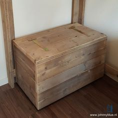 Speelgoedkist - steigerhout - in alle maten leverbaar - made by JohnnyBlue.nl Storage Boxes, Storage Chest, Hope Chest, Woodworking Projects, Pallet, Diy And Crafts, Cabinet, Bed, Interior