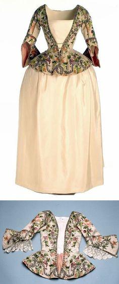 Casaca (veste), jupe, et même Casaca posé à plat, 1740, Espagne. métal, coton, lin, soie, papier. polychrome et argent doré. Casaca est hip-longueur, ouverte en avant et latéraux plis qui commencent à partir d'un bouton couverte dans le même tissu. Le manchon, trois quarts avec le dos triangulaire. La veste, avec le jupon (jupe) était une robe commune parmi la population féminine espagnole de la première moitié du XVIIIe siècle. Museo del Traje.