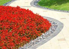 Une idée de bordure de jardin facile et pas chère est d'utiliser du simple gravier.