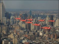 "The Red Arrows put the ""Cor!"" into the Big Apple Hot Topics Seattle Skyline, New York Skyline, Red Arrow, Display Homes, Empire State Building, New York City, Past, Travel, Voyage"