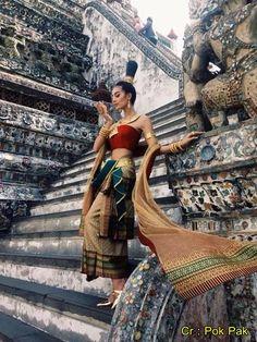 ミス・グランド2014出場国各国の民族衣装がタイで紹介されていました。他の国の民族衣装を褒めるとともに、毛色の… Thai Traditional Dress, Traditional Fashion, Traditional Outfits, Women's Summer Fashion, Asian Fashion, Thai Dress, Dress Indian Style, Thai Style, Culture