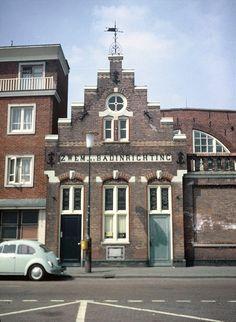 De ingang van het badhuis Van Heek. Ik heb er nog gezwommen eind jaren zestig. Het plafond bladderde zo erg dat de verg af en toe in het water viel