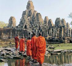 Las huellas de la civilización jemer, cuyos reyes de atribución divina forjaron un entramado de ciudades concebidas a la medida de los dioses, fueron engullidas por la jungla del norte de Camboya. sus mil y un templos se yerguen junto al pueblo de Siem Reap a la espera de ser paladeados con emoción y respeto.