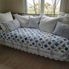 A pretty denim & white quilt in the studio of this blogger from Norway. I highly recommend her delightful blog. Blue Jean Quilts, Denim Quilts, Patchwork Jeans, Quilting Projects, Quilting Tips, Quilting Designs, Jeans Recycling, Recycle Jeans, Upcycle