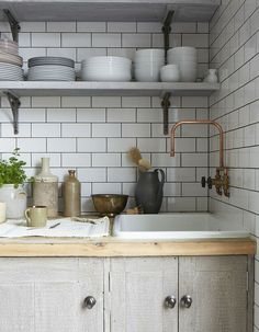 Boho Kitchen Decor Pretty white and grey home in Primrose Hill. Boho Kitchen Decor Pretty white and grey home in Primrose Hill Kitchen Sink Faucets, Kitchen And Bath, New Kitchen, Natural Kitchen, Sink Taps, Bathroom Faucets, Küchen Design, House Design, Interior Design