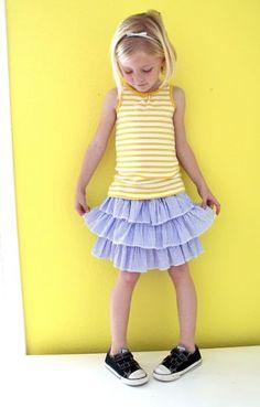 A sua menina vai ficar linda com uma saia infantil de babados feita por você. Se você tiver com tempo livre faça vários modelos.