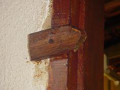 Observava também todas as coisas que não existiam na sua casa, como estas tramelas que serviam para fechar as janelas de madeira. | 30 imagens que só quem passava as férias no campo vai lembrar