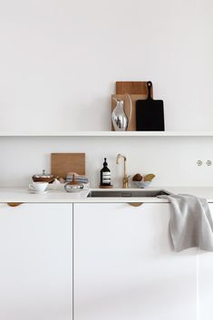 From wall clocks and vases to candle holders and bowls, Koppel's collection epitomises timeless Scandinavian design. Henning Koppel's striking and iconic work for Georg Jensen looks as modern today as it ever did. See more from Georg Jensen! Styling and photo by Coco Lapine Design. White Scandinavian kitchen with warm tones. #georgjensen #henningkoppel #scandinavianliving #homedecor #danishdesign