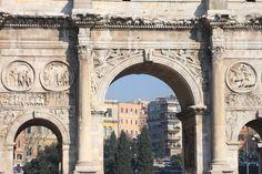 L'Arc de Constantin C'est le plus grand arc de triomphe de Rome : 21 mètres de haut, 26 en largeur et 7 en épaisseur. Il possède trois baies : la baie centrale est la plus grande.La partie inférieure du monument est construite de blocs de marbre, tandis que la partie supérieure, l'attique* est en maçonnerie de briques revêtue d'un placage de marbre. Un escalier est aménagé dans l'épaisseur de l'arc ; on y accède par une porte située en hauteur sur le côté situé du côté du Palatin.