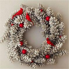 ホワイトクリスマスをイメージしたリースにしたいなら、松ぼっくりをカラーリングしたり、スノーパウダーを振掛けたりするだけで、ちょっと違った雰囲気に。赤いオーナメントと組み合わせると、よりクリスマスらしさを出せます。