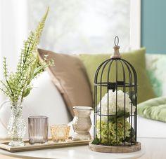 #Grün und #Beige – eine wunderschöne #Farbkombi fürs Wohnzimmer. Besonders liebevolles Detail neben den #Teelichtern: der #Tischvogelkäfig.