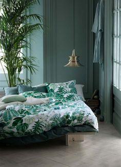 Un linge de lit tropical dans une chambre d'été aux murs verts H&MHome/ bed/ bedroom/ green