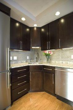 Corner sink with tile backsplash....hmmm great use of wasted corener space