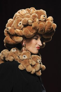 Moschino Spring 2014 - Teddy bear | with Pin-It-Button on http://www.stylebistro.com/runway/Milan+Fashion+Week+Spring+2014/Moschino/Details/bgKhHfLFcIc