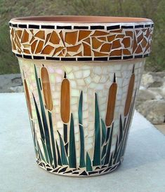 Here you can find out all you need to know about creating mosaic effects on clay pots. Mosaic Planters, Mosaic Birdbath, Mosaic Garden Art, Mosaic Vase, Mosaic Flower Pots, Mosaic Birds, Glass Planter, Pebble Mosaic, Mosaic Crafts