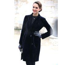 Jessica Alba http://www.vogue.fr/defiles/street-looks/diaporama/street-looks-a-la-fashion-week-haute-couture-printemps-ete-2013-jour-1-dior-natalia-vodianova-jessica-alba-chloe-moretz/11445/image/677769#street-looks-a-la-fashion-week-haute-couture-printemps-ete-2013-jour-1-dior-natalia-vodianova-jessica-alba-chloe-moretz